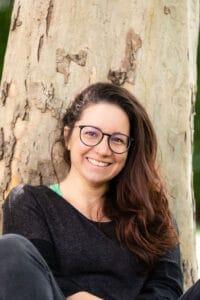 Denise-Either-sitzend-vor-Baum